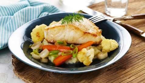Stekt torsk med blomkålpuré og glaserte grønnsaker oppskrift.