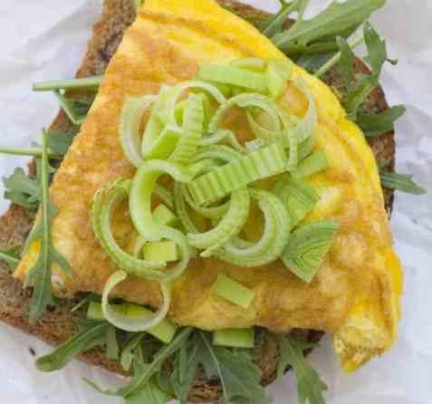 Omelett med ruccula og purreløk oppskrift.