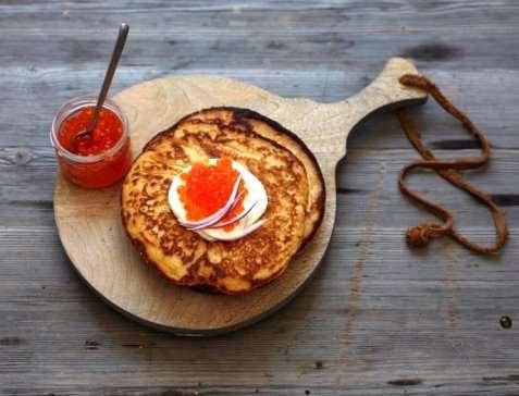 Blinis med kaviar, rømme og rødløk oppskrift.