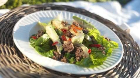 Smakfull salat med kyllingkjøttdeig oppskrift.