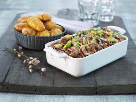 Reinsdyrskav med ostesaus og ovnsbakte poteter oppskrift.