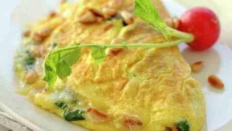 Omelett med spinat, parmesan og pinjekjerner oppskrift.