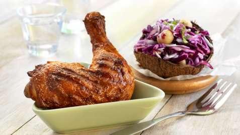 Grillet kyllinglår med kålsalat oppskrift.