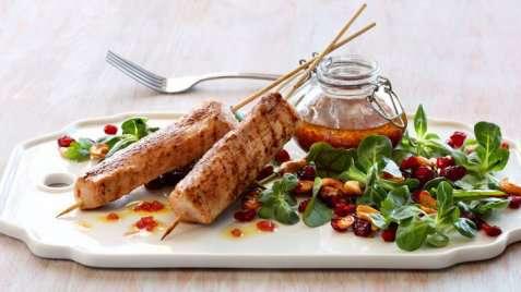 Bilde av Kalkunspyd med blandet salat, granateple og glaserte cashewn�tter.