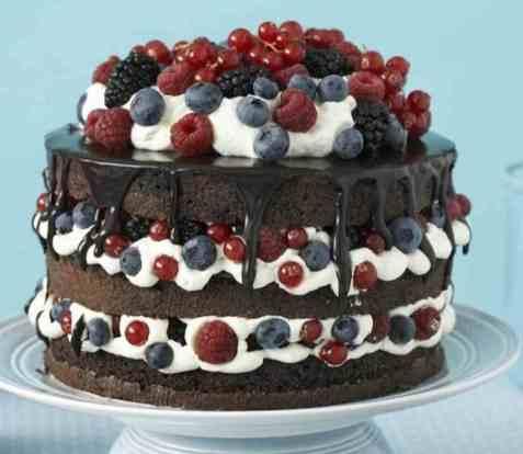 Sjokoladekake med krem og bær oppskrift.