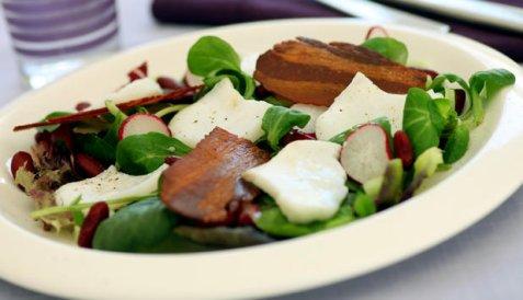 Salat med flaket torsk, bacon og bønner oppskrift.