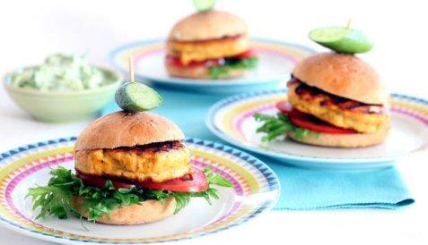 Små lakseburgere med tzatziki oppskrift.