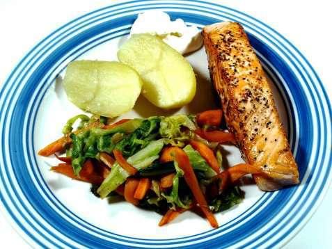 Pannestekt laks med wokket salat og gulrot oppskrift.