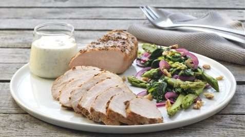 Krydderstekt ytrefilet av svin med spinat- og nøttesalat oppskrift.