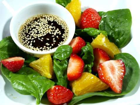 Spinat og jordbærsalat oppskrift.