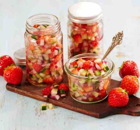 Jordbærsalsa med agurk og rødløk oppskrift.