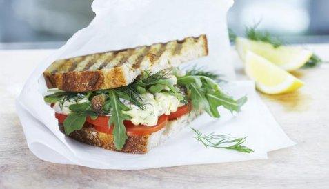 Sandwich med krabbesalat og tomater oppskrift.