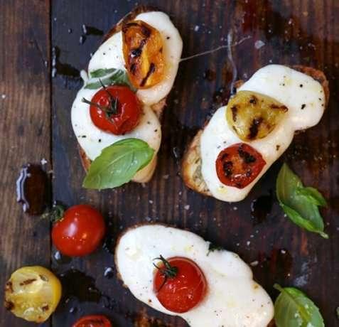 Miniostesmørbrød med mozzarella og tomater oppskrift.
