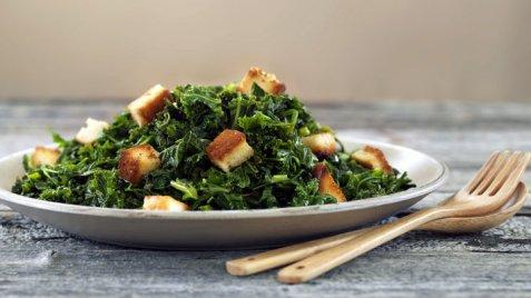 Grønnkål og spinat med brødkrutonger oppskrift.