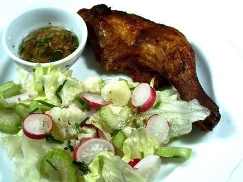 Grillede kyllinglår med blomkålsalat oppskrift.