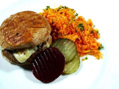 Ostesliders med gulrotsalat, rødbeter og sylteagurk oppskrift.
