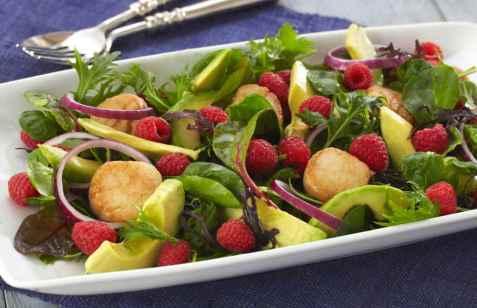 Bringebærsalat med avokado og kamskjell oppskrift.