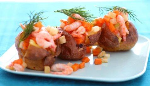 Bakt potet med reker, rotgrønnsaker og dillsmør oppskrift.