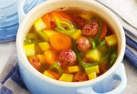 Grønnsaksuppe med rødbeteboller oppskrift.