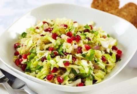 Nykålsalat med quinoa og granateple oppskrift.