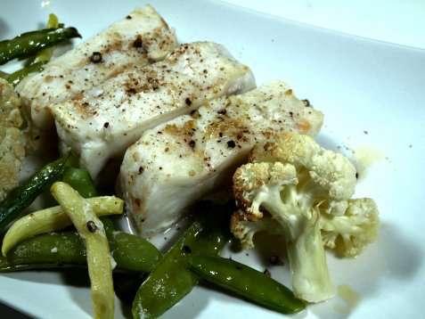 Bilde av Ovnsbakt torsk med sukkererter og blomk�l.