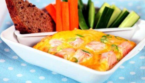 Lakseomelett med vårløk og ost oppskrift.