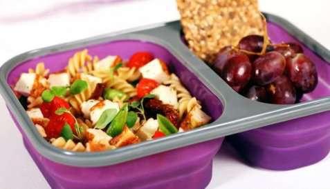 Bilde av Fiskekake med pastasalat i matboksen.