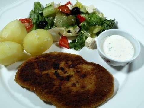 Ostesnitzel med salat, poteter og dressing oppskrift.