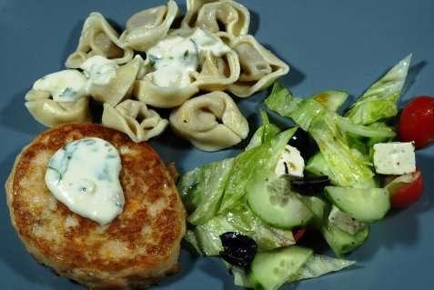 Fiskekaker med tortellini, ostesaus og salat oppskrift.