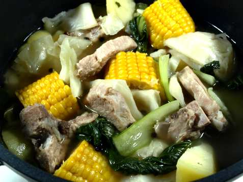 Bilde av Nilagang Baboy stew med mais.