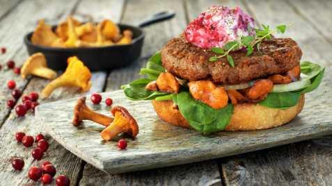 Burger av lam med sopp og tyttebær oppskrift.