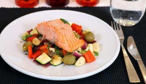 Bakt ørret med grønnsaker oppskrift.