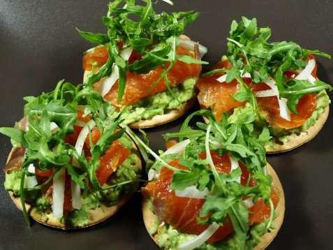 Røkt laks og avocado på kjeks oppskrift.