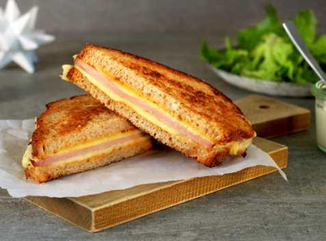 Sandwich med juleskinke, ost og sennep oppskrift.