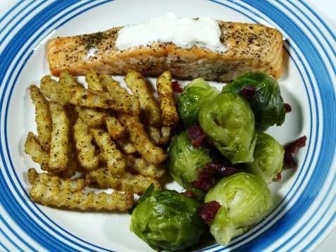 Stekt laks med rosenkål og pommes frites oppskrift.