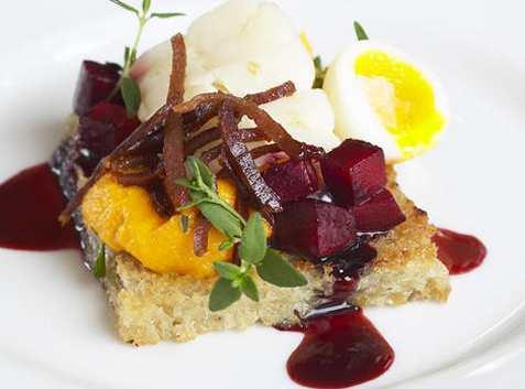 Boknafisk på toast med gulrotpuré, spekeskinke, vaktelegg og rødbete oppskrift.