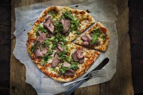 Pizza med reinsdyrstek oppskrift.