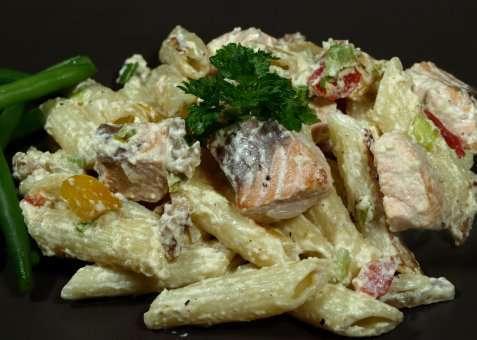 Kremet pasta med stekt laks og aspargesbønner oppskrift.