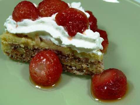 Mandelbunn med krem og jordbær oppskrift.