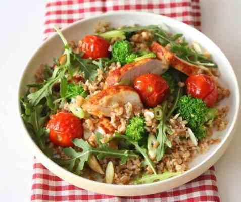 Lun kyllingsalat med spinat og hel hvete oppskrift.