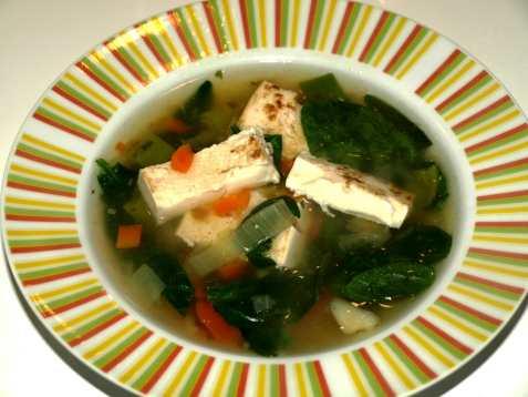 Grønnsakssuppe med stekt tofu og spinat oppskrift.
