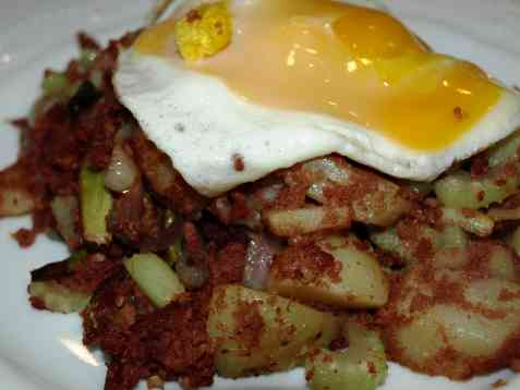 Corned biff med poteter og egg oppskrift.