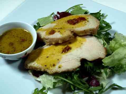 Kalkunskiver med salat og baconsaus oppskrift.
