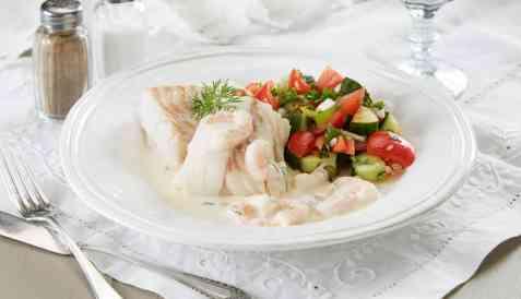 Bilde av Ovnsbakt torsk med salat og rekesaus.