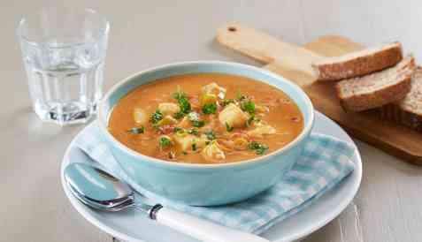 Fiskesuppe med torsk og tomater oppskrift.