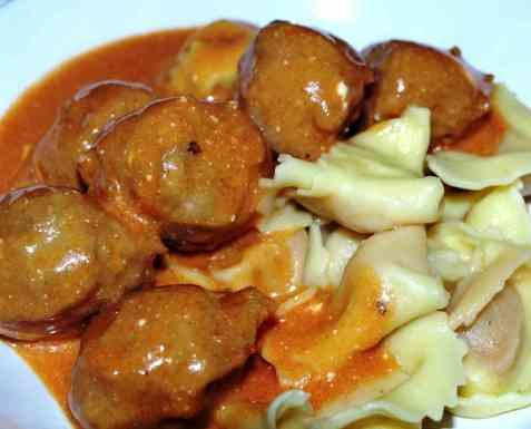 Tortellini med kjøttboller i tomatsaus oppskrift.
