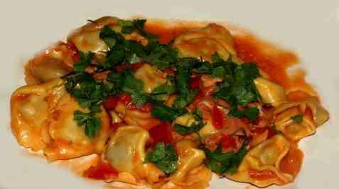 Reste ravioli med skinke og tomat oppskrift.