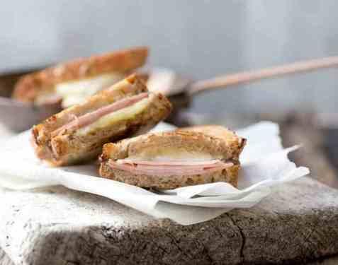 Grov toast med ost, skinke og sennep oppskrift.
