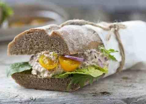 Grov baguette med deilig tunfisksalat oppskrift.
