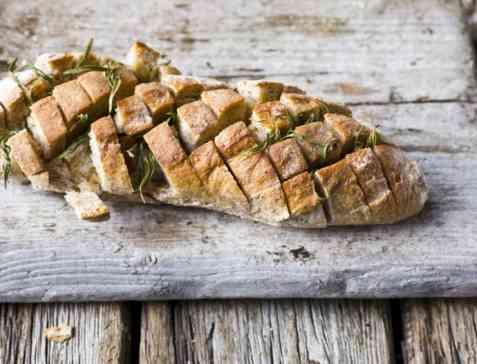 Pull-apart baguette med hvitløksmør og urter oppskrift.